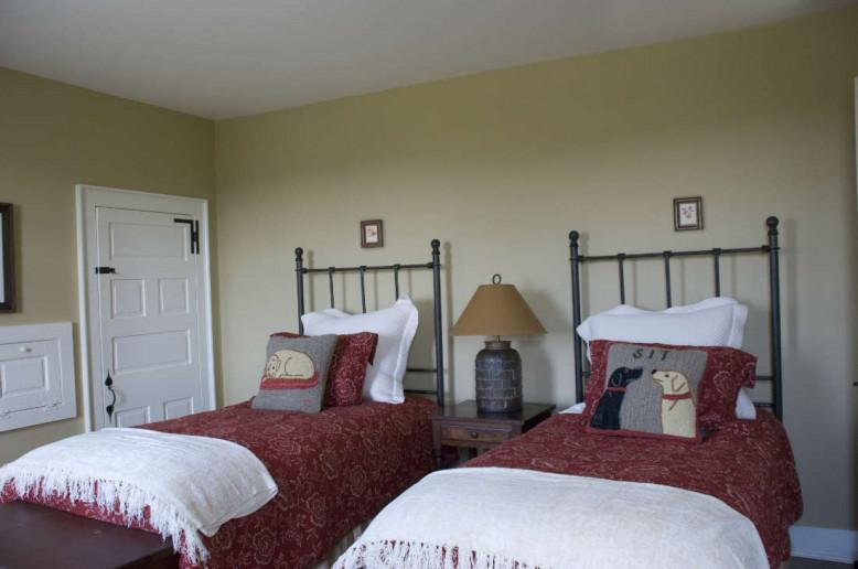 twin-beds-farmhouse